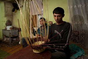 Using local grasses, the weaving of baskets becomes an opportunity to earn income